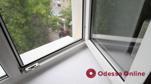 В Одессе девушка выпала из окна многоэтажки