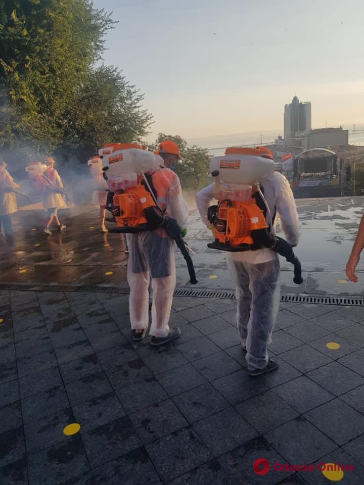 Ранним утром коммунальщики провели масштабную дезинфекцию центра Одессы (фото)