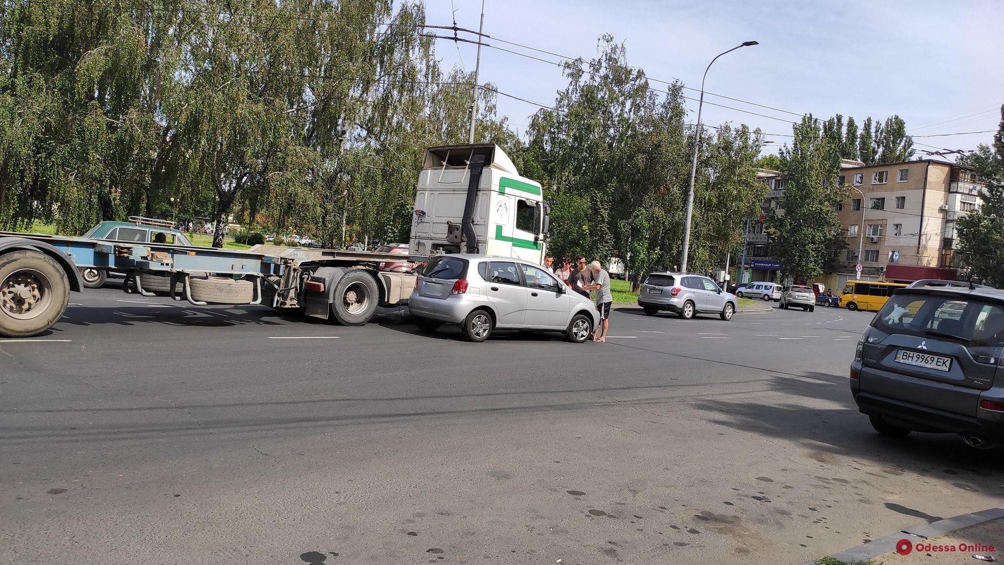 На площади Деревянко столкнулись грузовик и легковушка