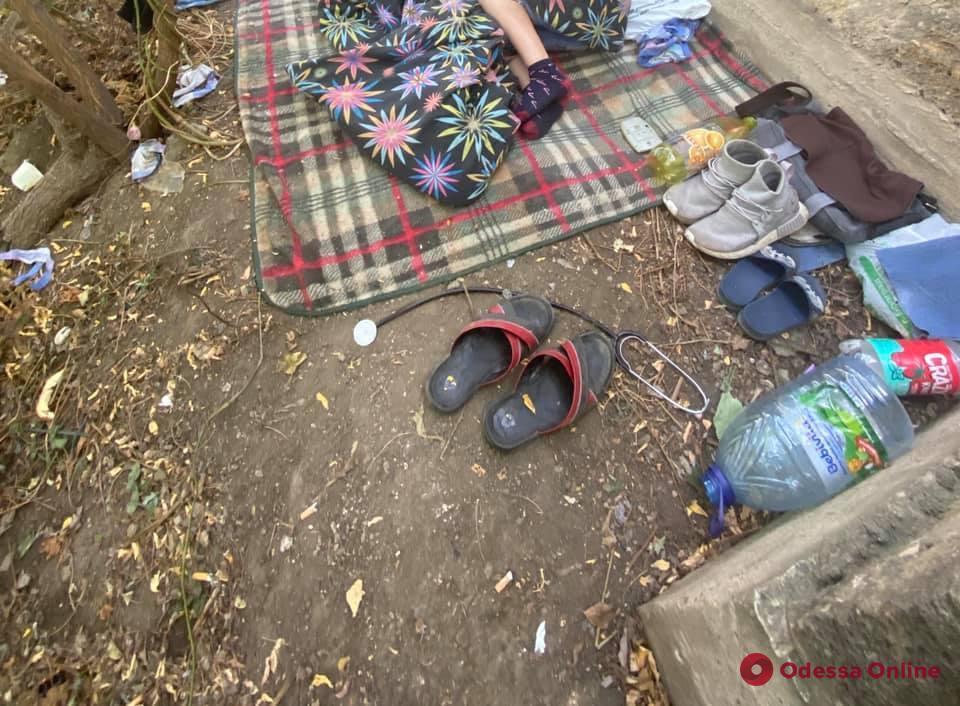 Спали под забором: семья с 9-летним мальчиком-инвалидом три дня жила в одесском сквере (фото)