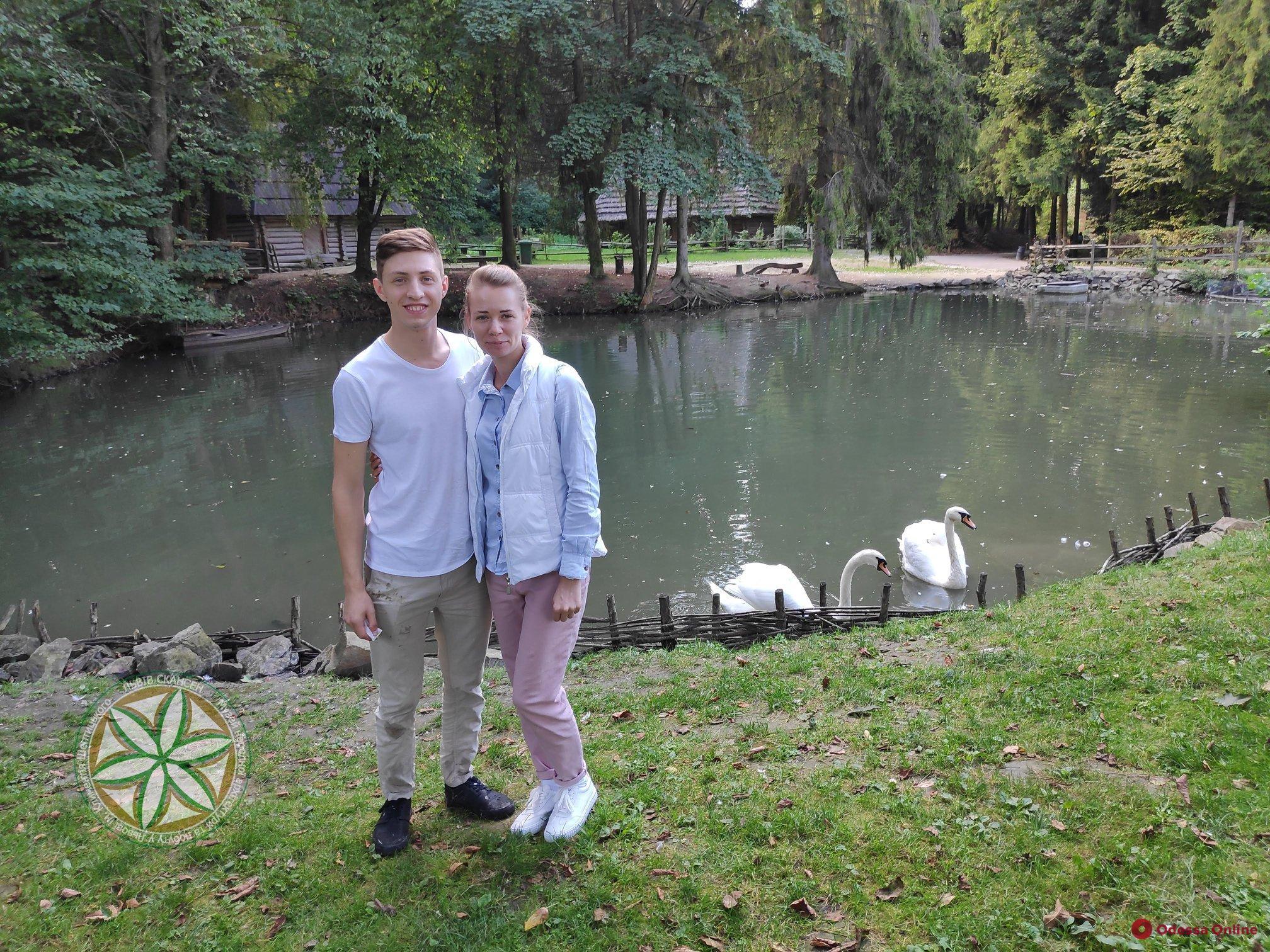 Супружеская пара из Одессы во время отдыха во Львове спасла задыхающегося лебедя
