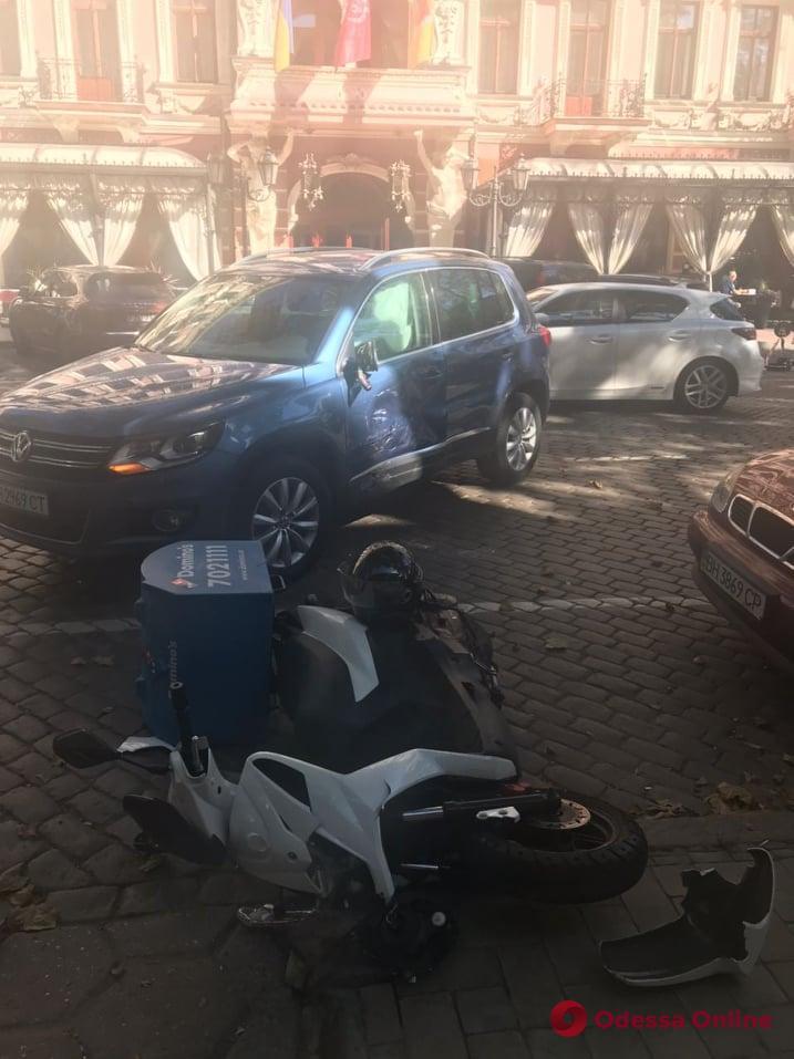 В Одессе произошло ДТП с развозчиком пиццы на мопеде