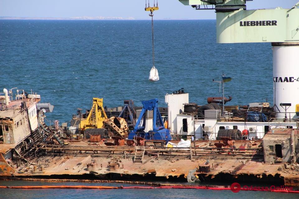 Одесса: с танкера «Делфи» вывозят мусор и обломки срезанных конструкций (фото)