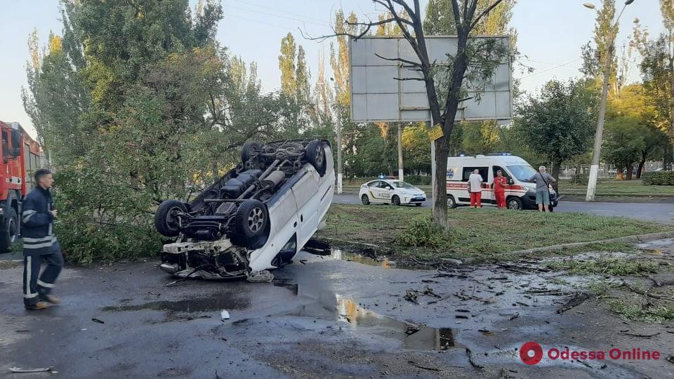 В Одессе на Пересыпи перевернулась машина