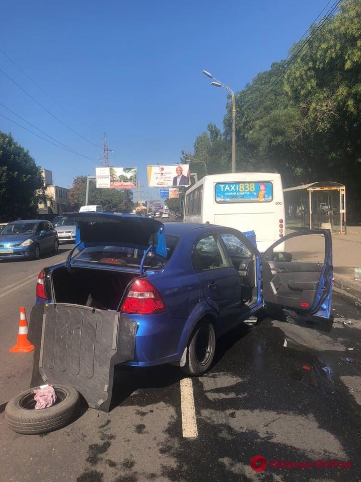 На Краснова легковушка врезалась в маршрутку — пострадали два человека