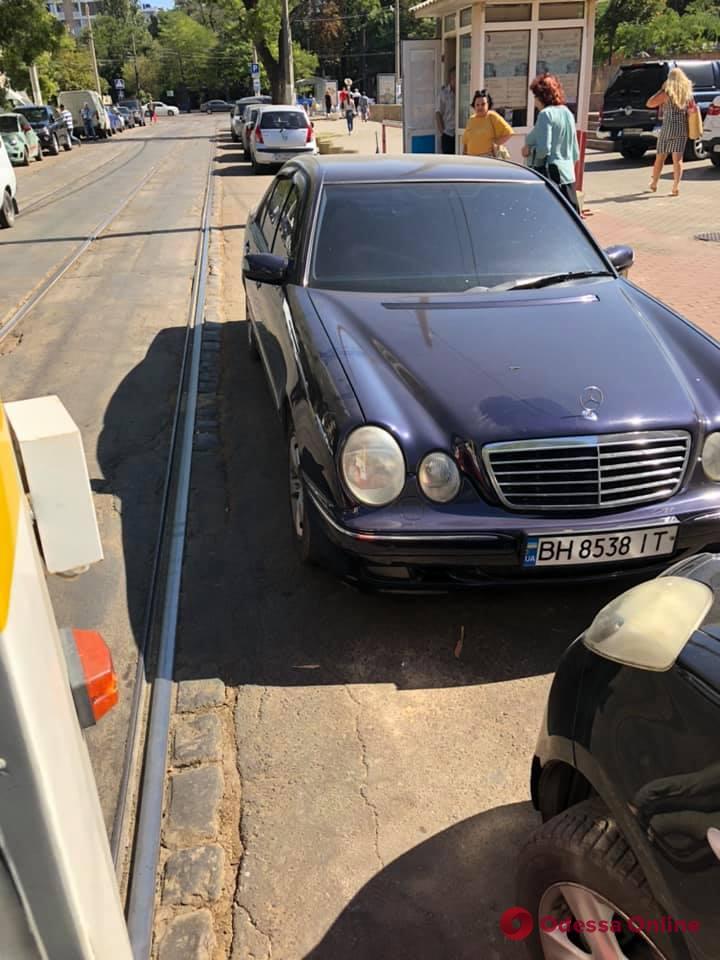 В Одессе автохам заблокировал движение трамваев (фото)