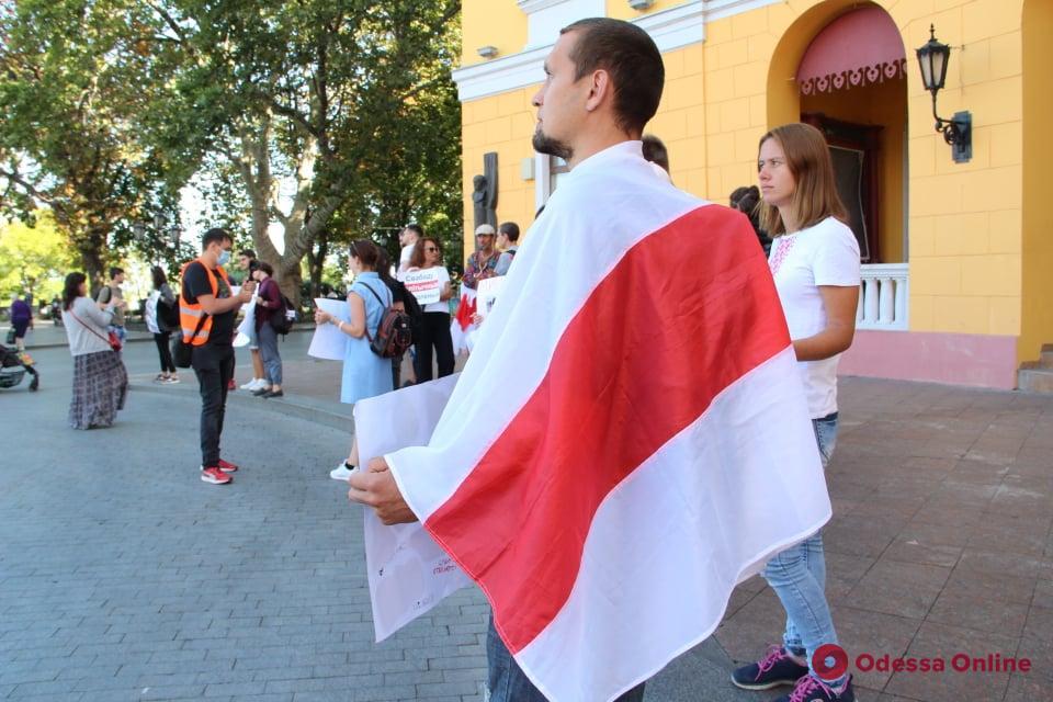 Возле Дюка прошла очередная акция в поддержку участников протестов в Беларуси (фото)