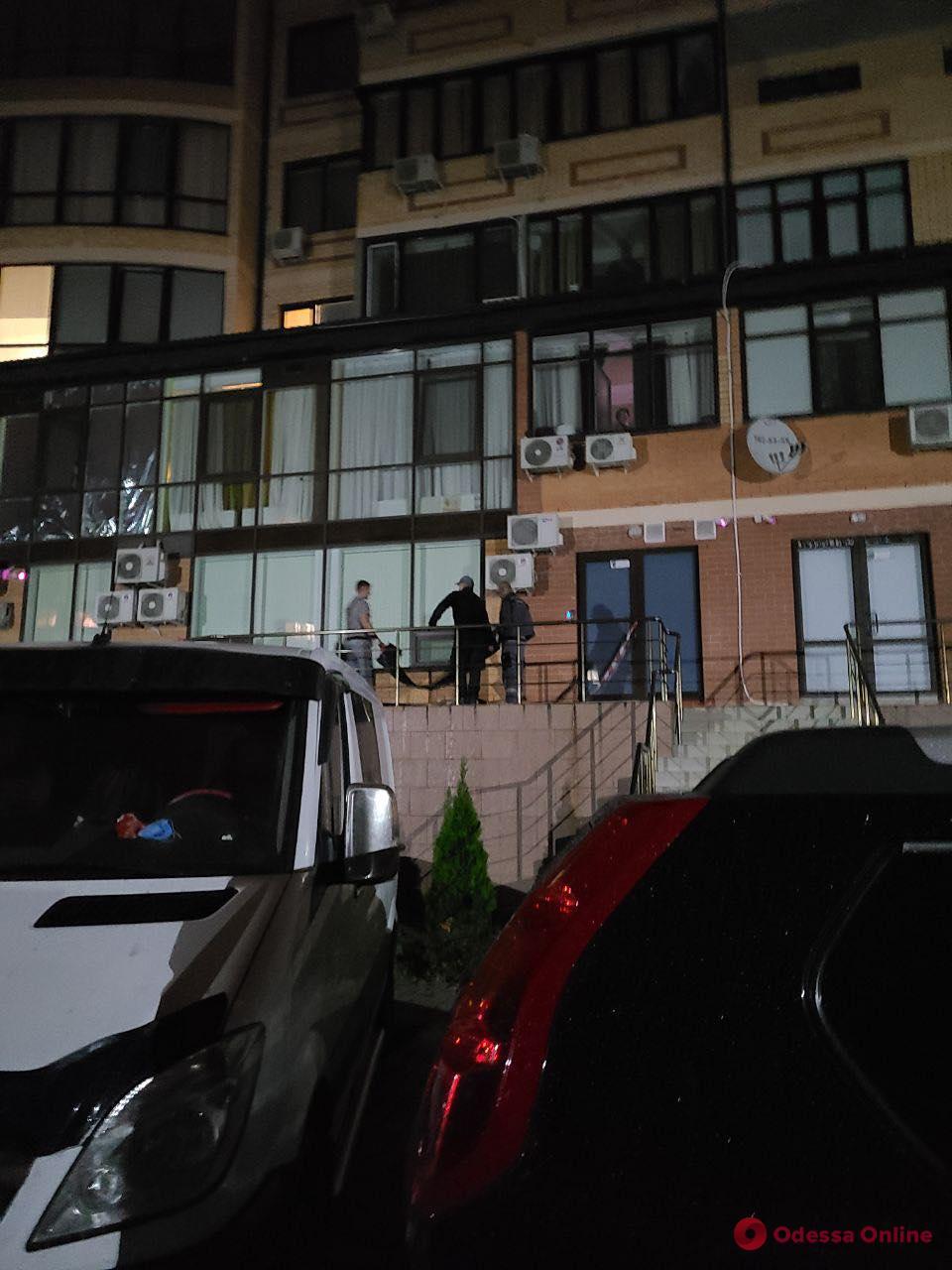 На Армейской мужчина выбросился из окна многоэтажки (фото)