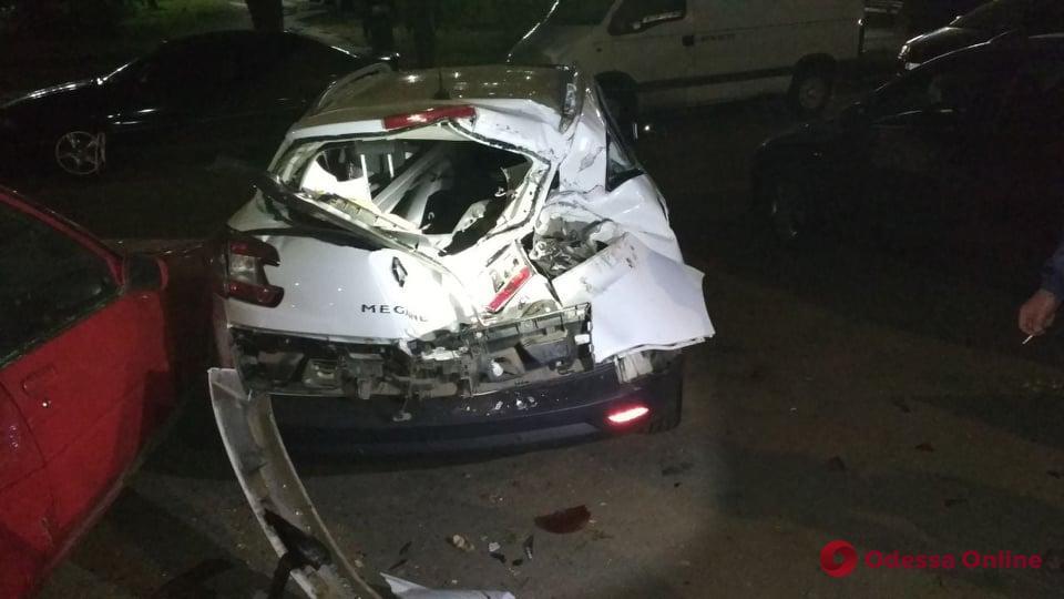 На поселке Котовского 19-летний парень на ВАЗе влетел в пять припаркованных авто