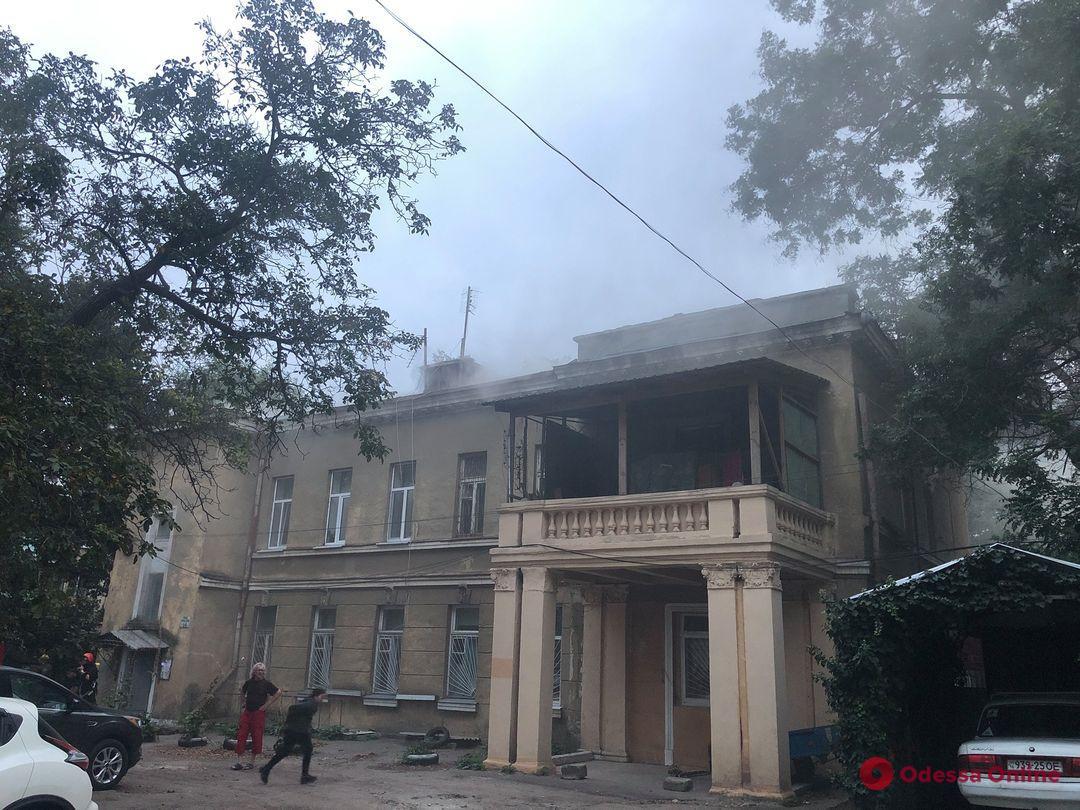 В Одессе на Французском бульваре вспыхнул пожар в общежитии киностудии