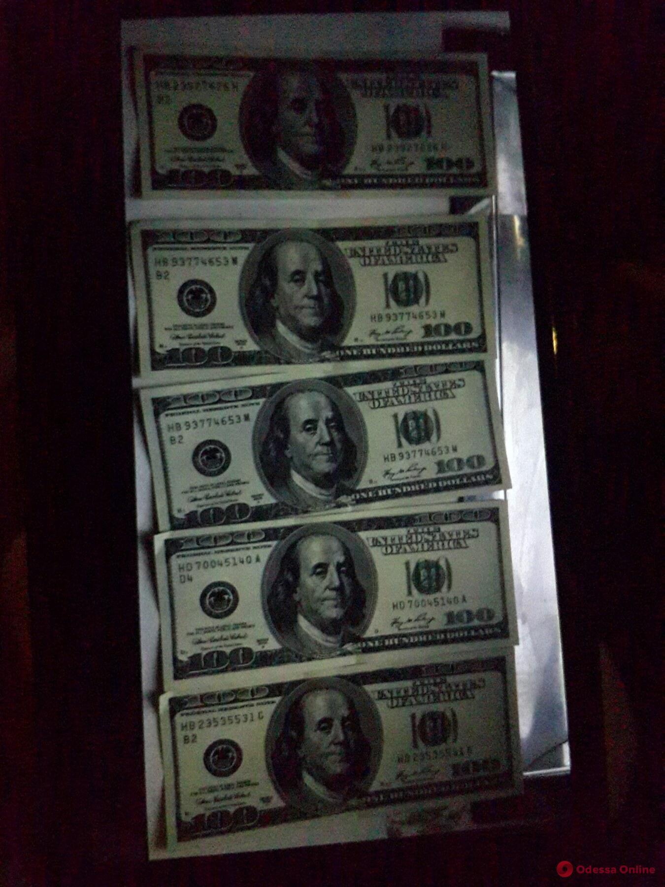 В Одессе парень хотел обменять 500 фальшивых долларов