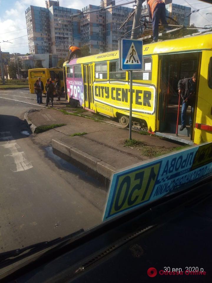 На Люстдорфской дороге трамвай сошел с рельсов