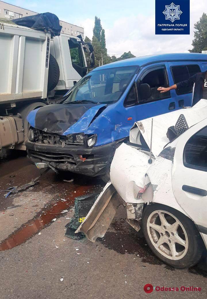 В тройном ДТП на поселке Котовского пострадала женщина