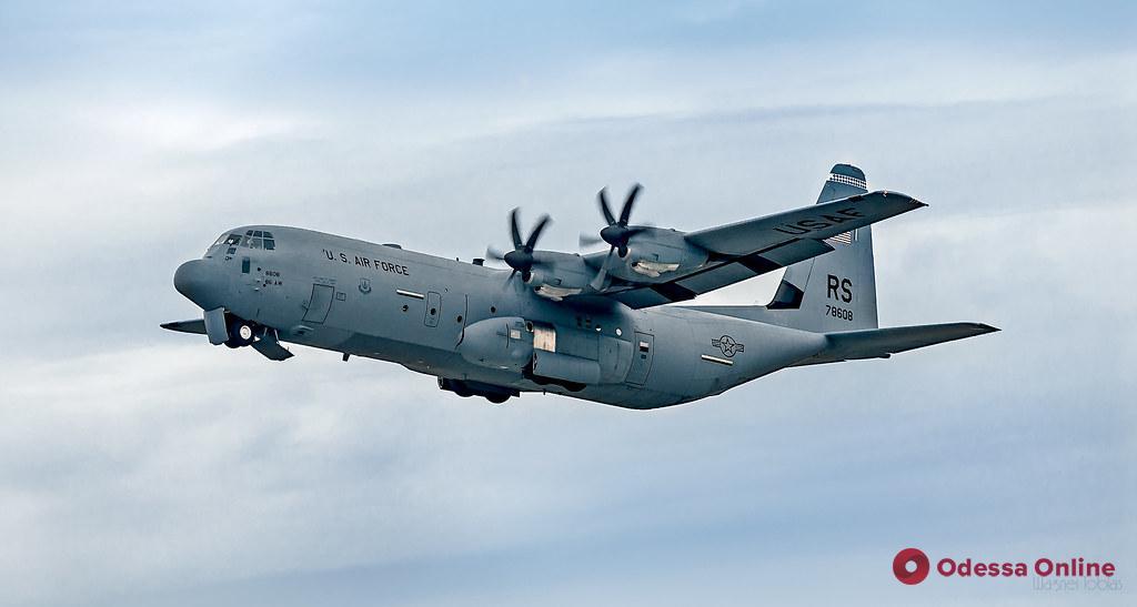 Самолет ВВС США совершил аварийную посадку в одесском аэропорту
