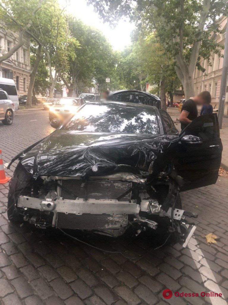 В центре Одессы легковушка влетела в припаркованное авто (видео)