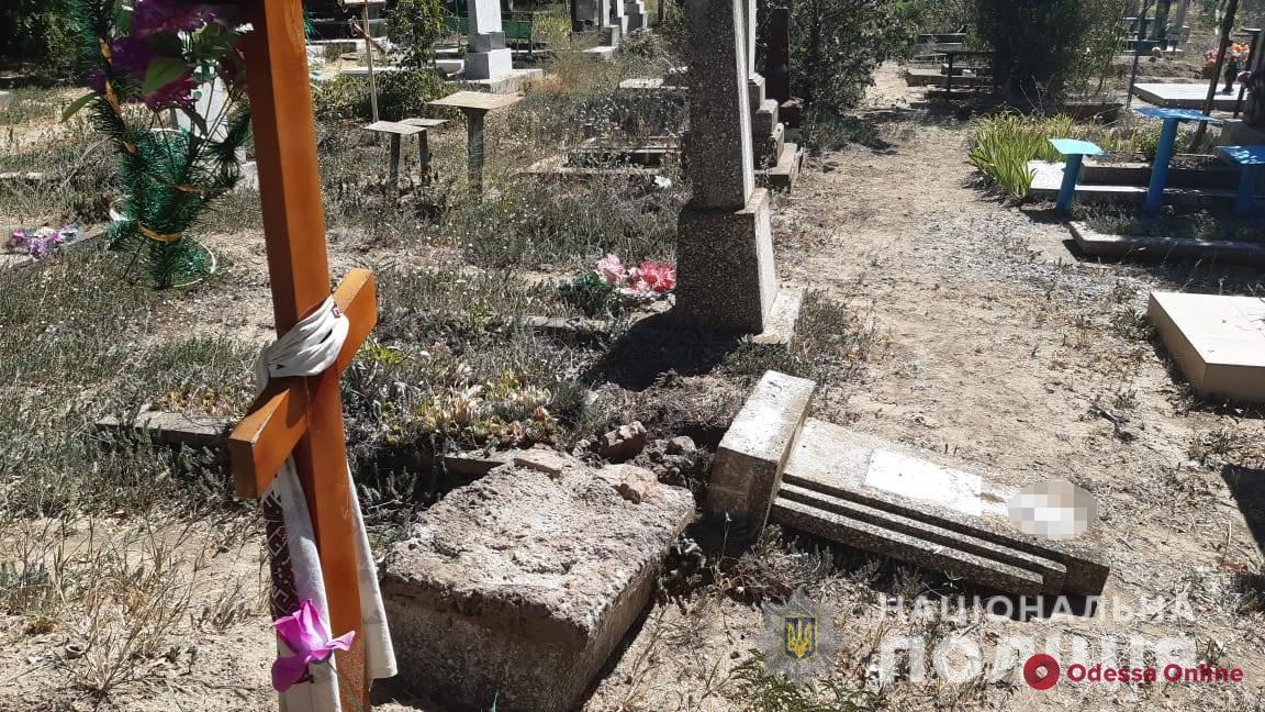 В Одесской области охотники за металлом повалили памятники на кладбище