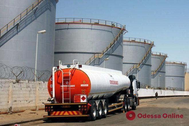 В Одесской области девять человек забаррикадировались в нефтяной цистерне, требуя зарплату (видео)