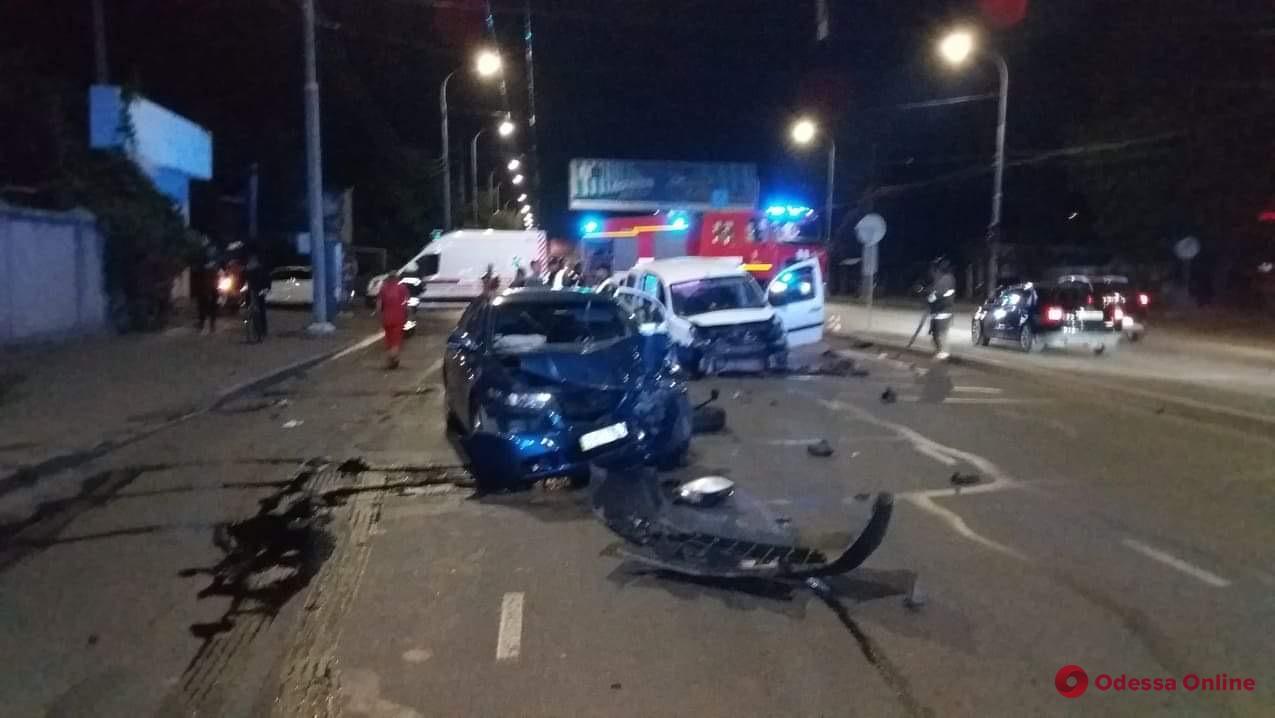 В Одессе столкнулись две легковушки: есть пострадавшие (фото, обновлено)