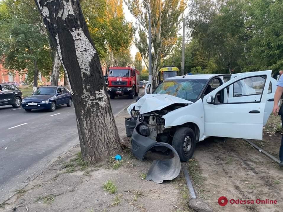 На Пересыпи автомобиль врезался в дерево: трое пострадавших (фото)