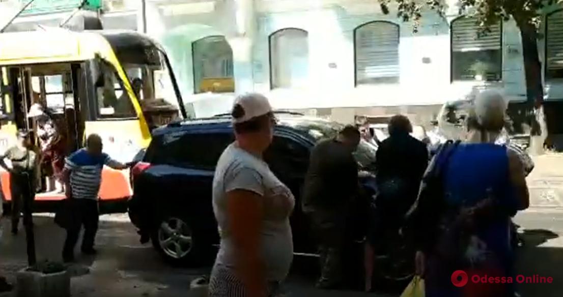 На Пантелеймоновской пассажиры трамвая передвинули кроссовер автохама (видео)