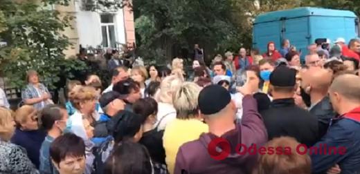 Жители Аккермана митинговали под райбольницей против приема пациентов с Covid-19