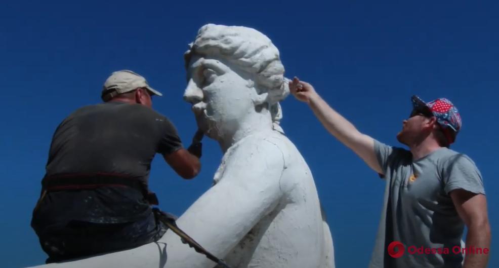 В Одессе приступили к частичному ремонту скульптурной композиции на здании мэрии