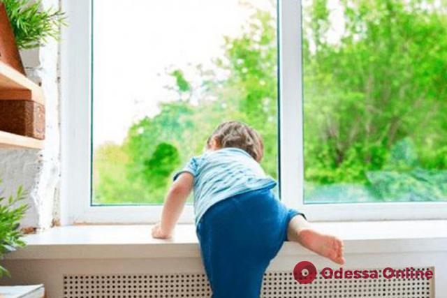 В Подольске 3-летняя девочка едва не выпала из окна, пока ее пьяная мать спала