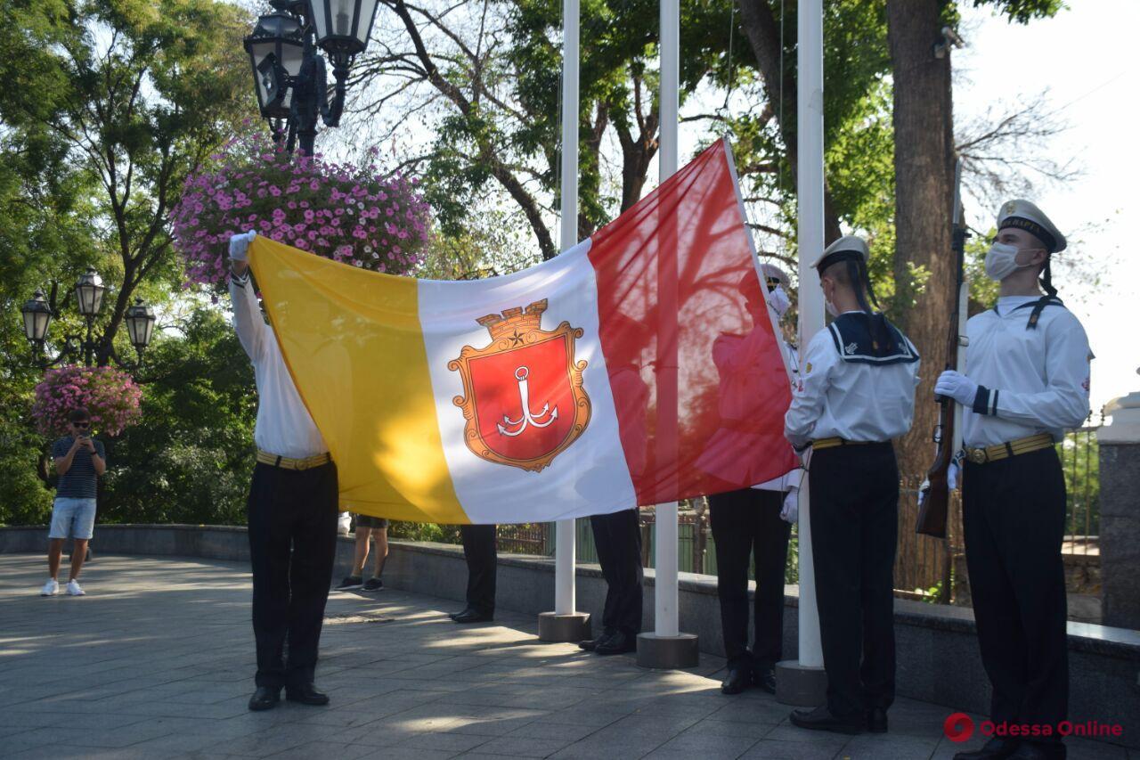 На Думской площади торжественно подняли флаг Одессы и устроили дефиле оркестров (фото, видео)