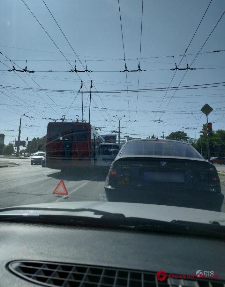 На Инглези из-за ДТП около часа не ходили троллейбусы