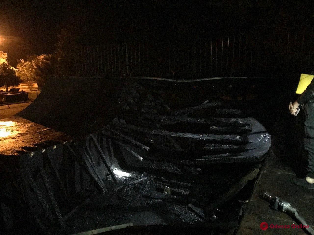 В Черноморске ночью горел скейт-парк (видео)