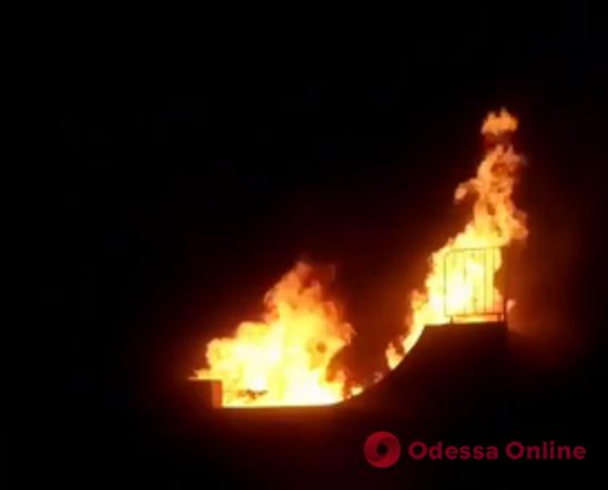 В Черноморске ночью горел скейт-парк (видео, обновлено)