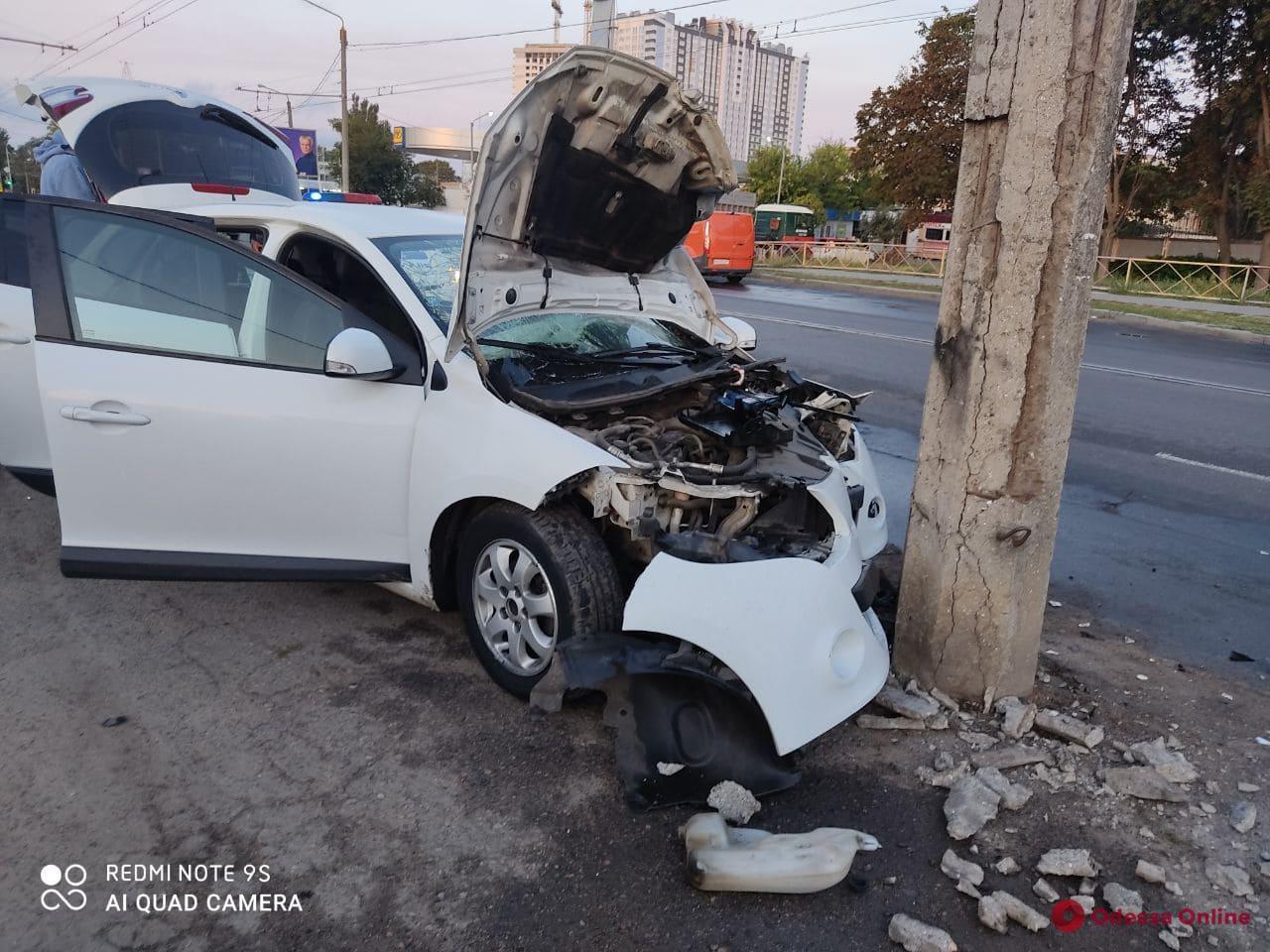 На Комарова 18-летний лихач на Renault влетел в столб – двое пострадавших