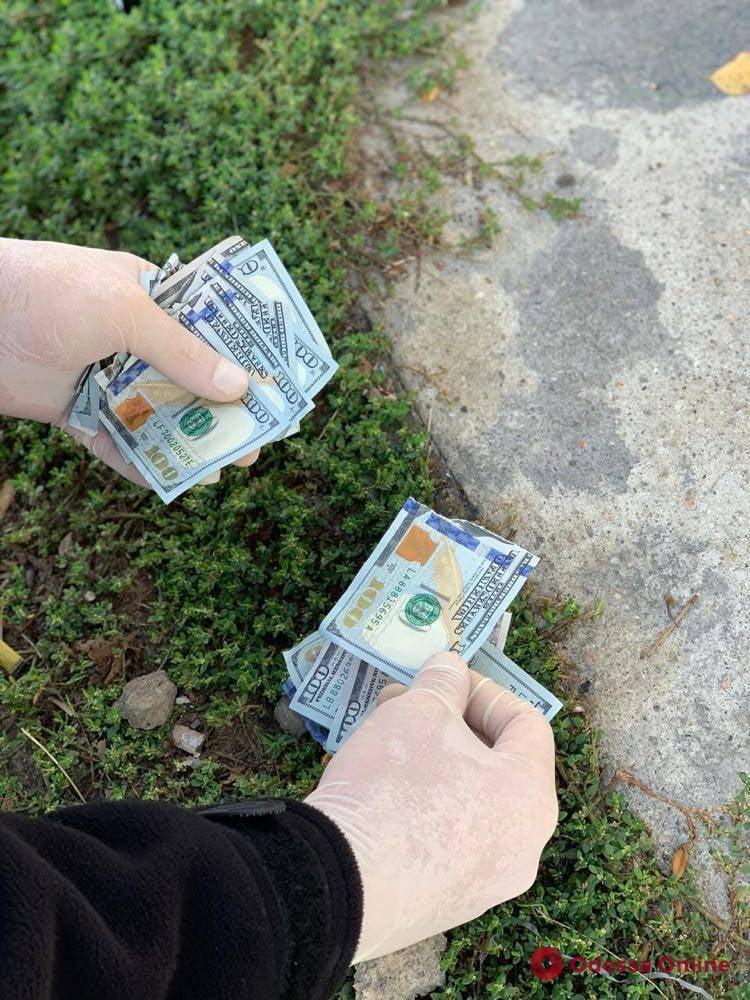 В Одессе замначальника колонии при задержании порвал 1200 долларов взятки (фото)