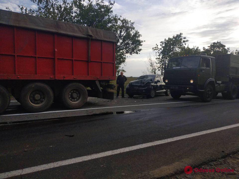 На трассе Одесса-Николаев столкнулись пять грузовиков и две легковушки (фото)