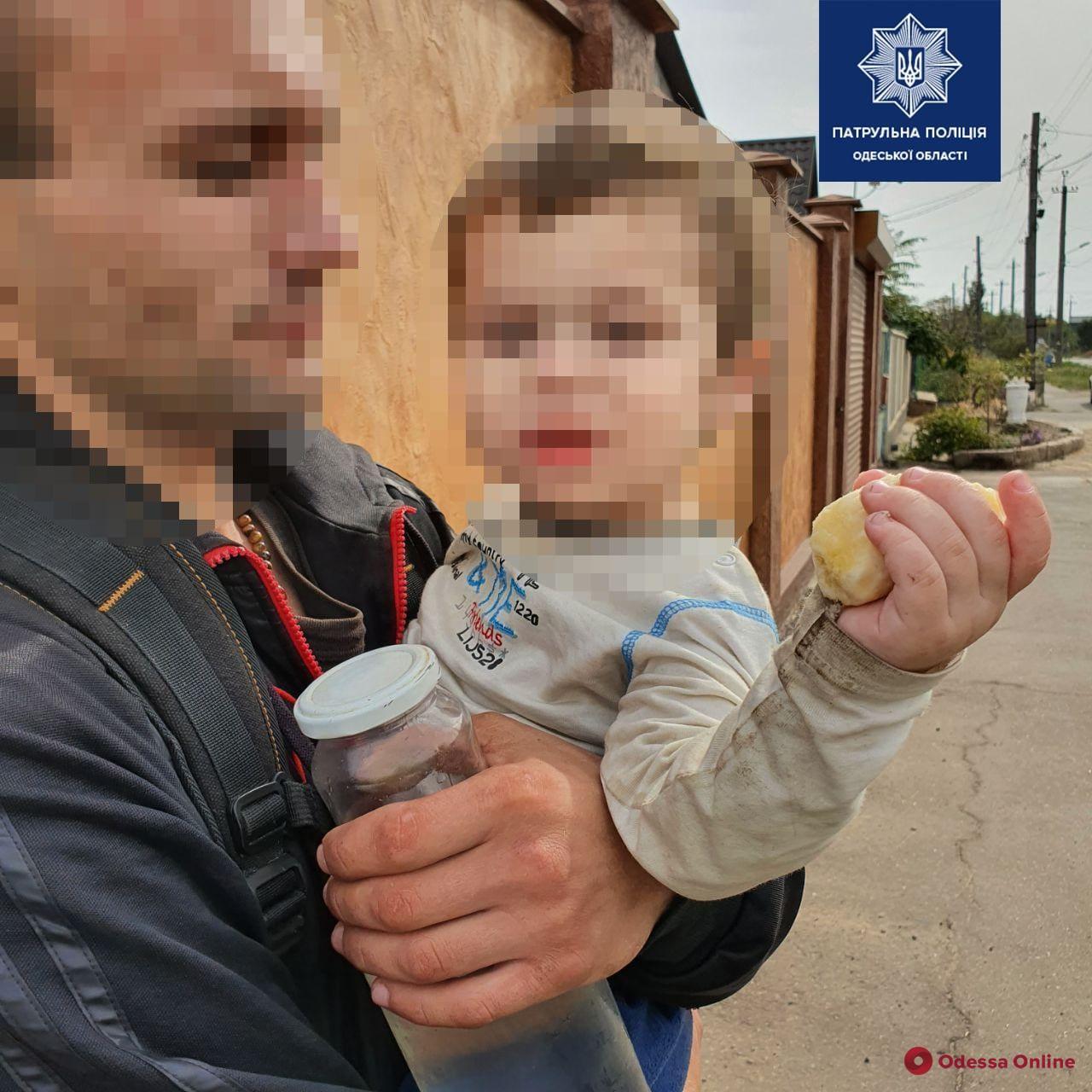 Бегал босиком по проезжей части: одесские патрульные вернули матери полуторагодовалого мальчика