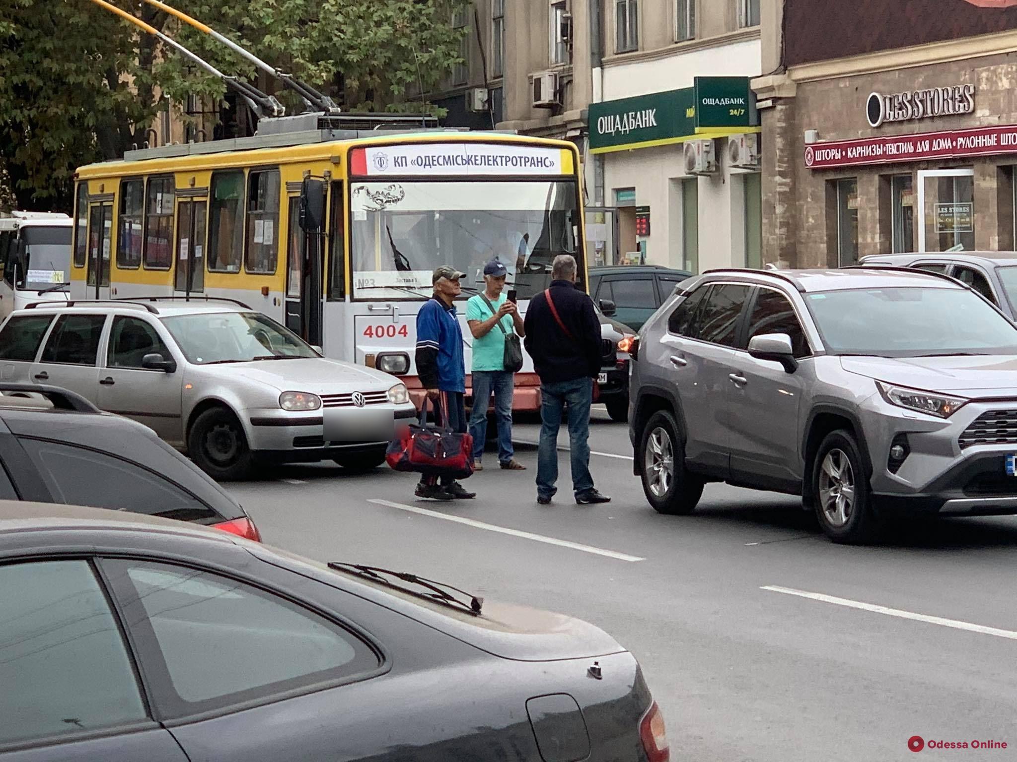 Из-за ДТП в центре Одессы образовалась серьезная пробка — не ходят троллейбусы по трем маршрутам