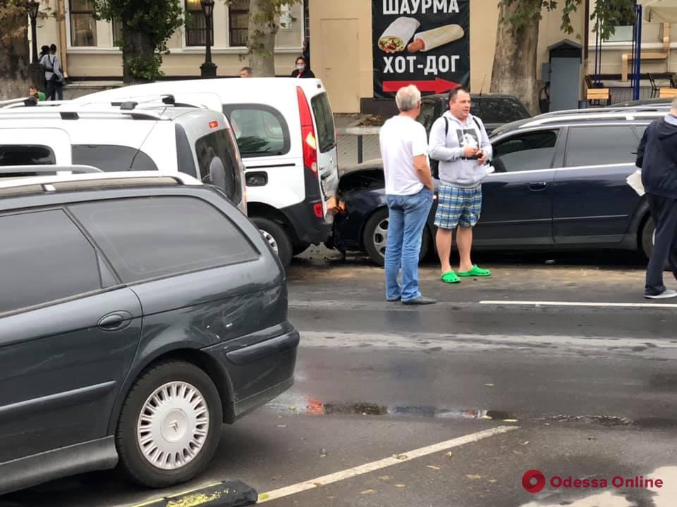 В Одессе возле железнодорожного вокзала столкнулись четыре автомобиля