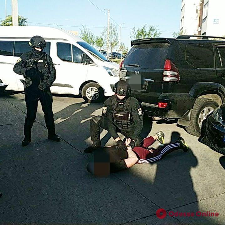В Одессе полицейского задержали по подозрению в создании сети борделей (видео)
