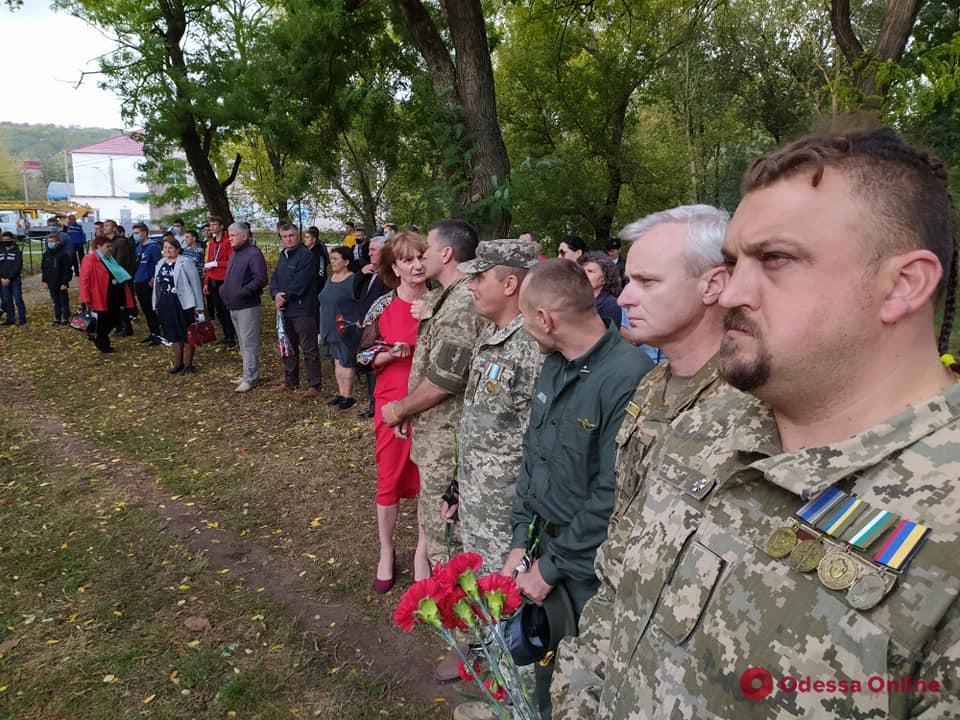 В райцентре на юге Одесской области открыли памятный мемориал погибшим украинским воинам