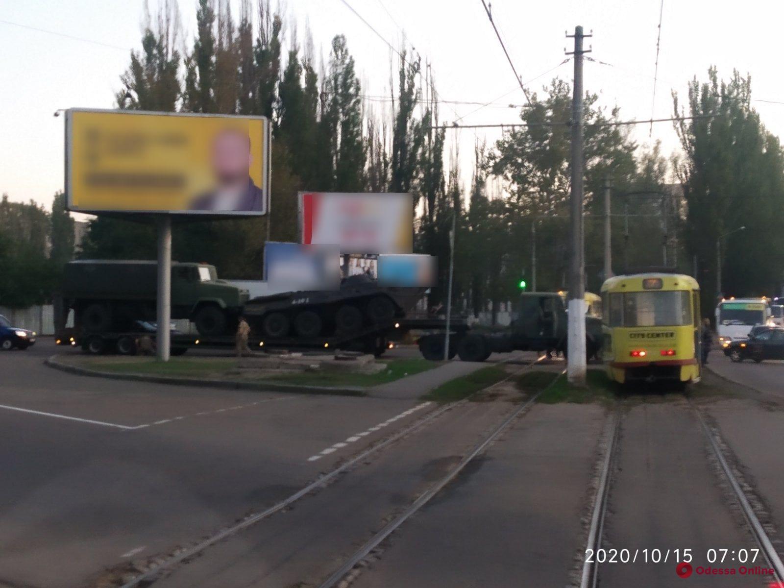 В Одессе заглохший на рельсах грузовик с военной техникой заблокировал движение трамваев