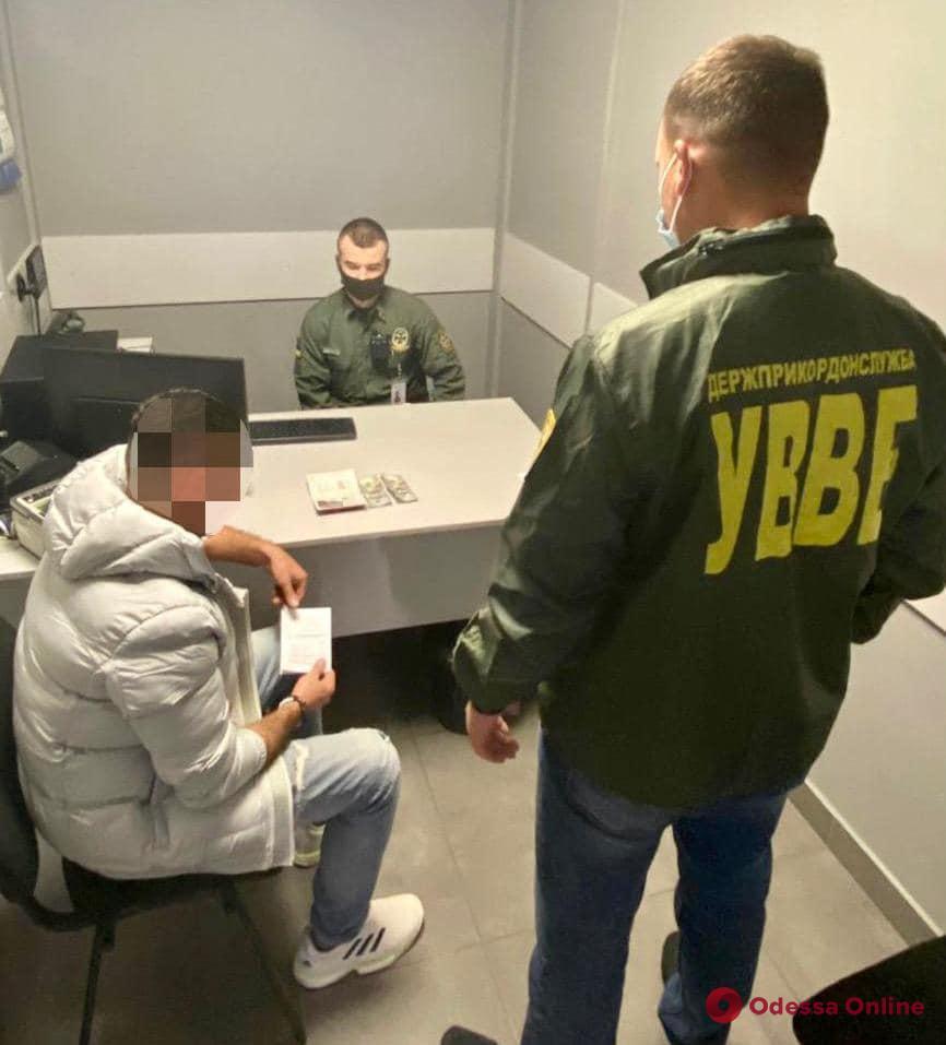 В Одесском аэропорту турок пытался дать взятку пограничнику