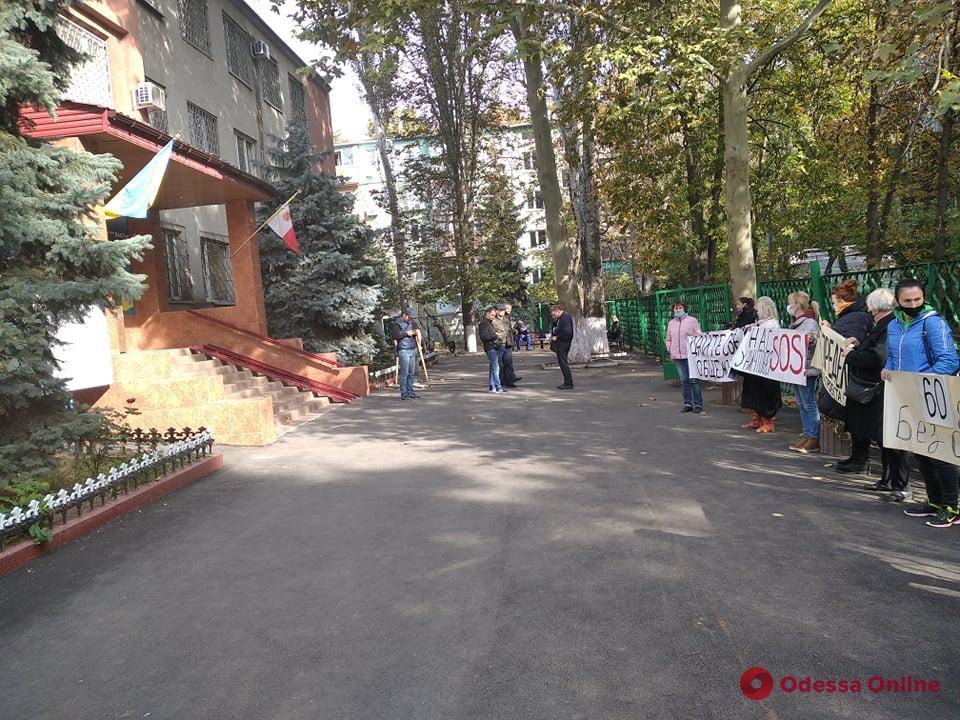 Жители общежития на Космонавтов митингуют под Малиновским отделом полиции