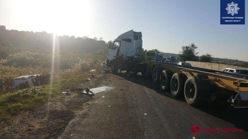 На Объездной дороге столкнулись фура и грузовичок — есть пострадавшие