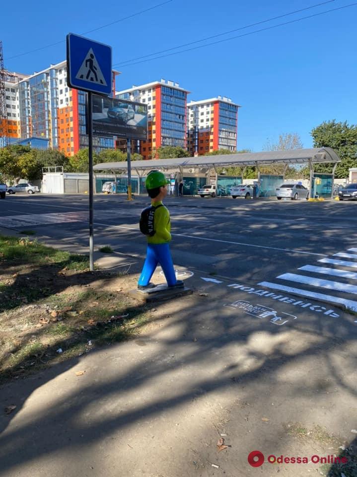 У одесских пешеходных переходов устанавливают манекены (фото)