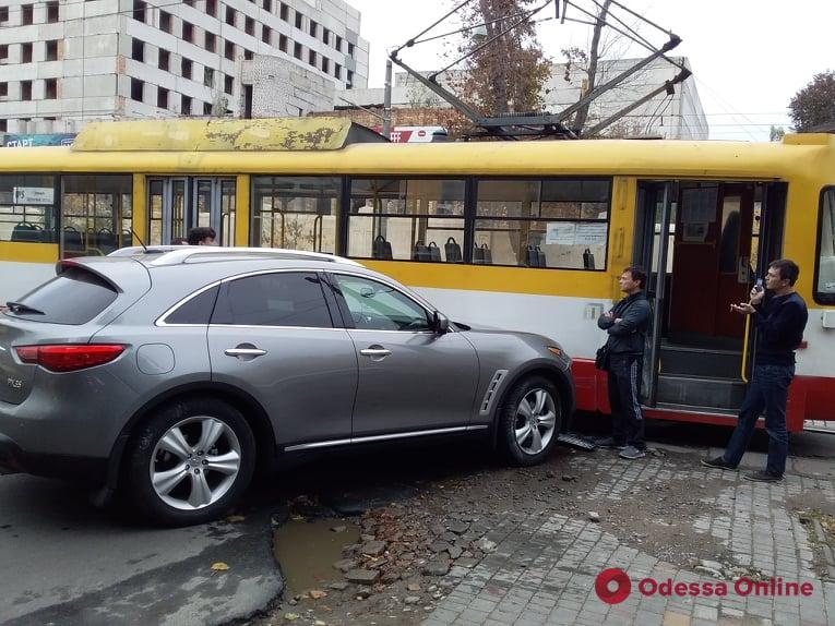 На Французском бульваре Infiniti въехал в трамвай