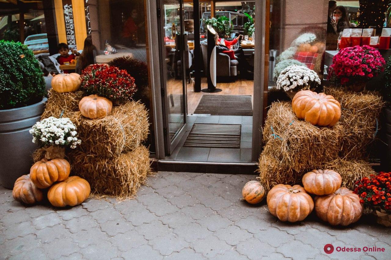 Хеллоуин близко: Одессу заполонил тыквенный декор (фоторепортаж)