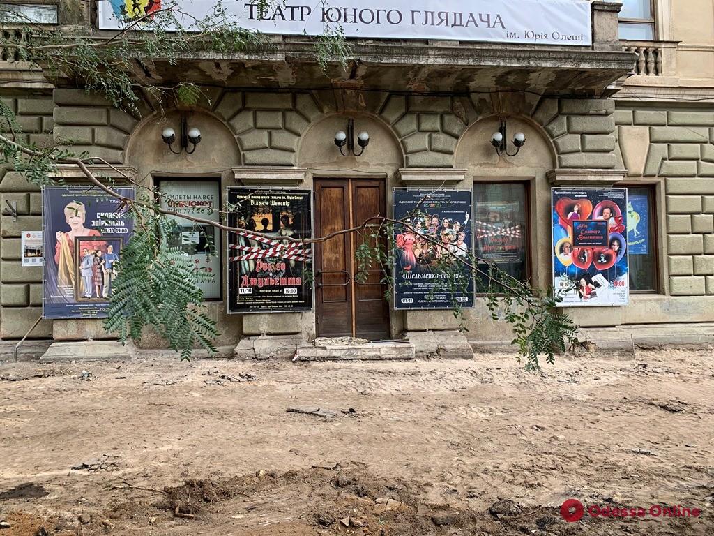 Возле Одесского театра юного зрителя меняют тротуар