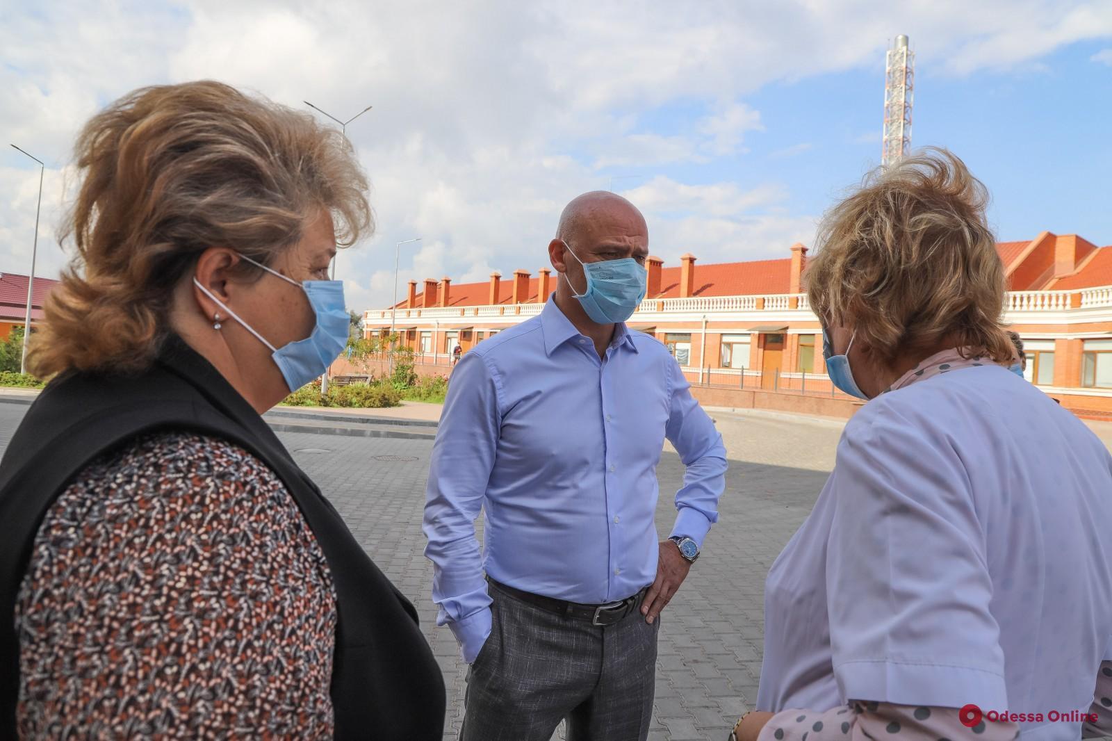 Мэр Одессы проинспектировал ход работ по капитальному ремонту отделений в муниципальных больницах