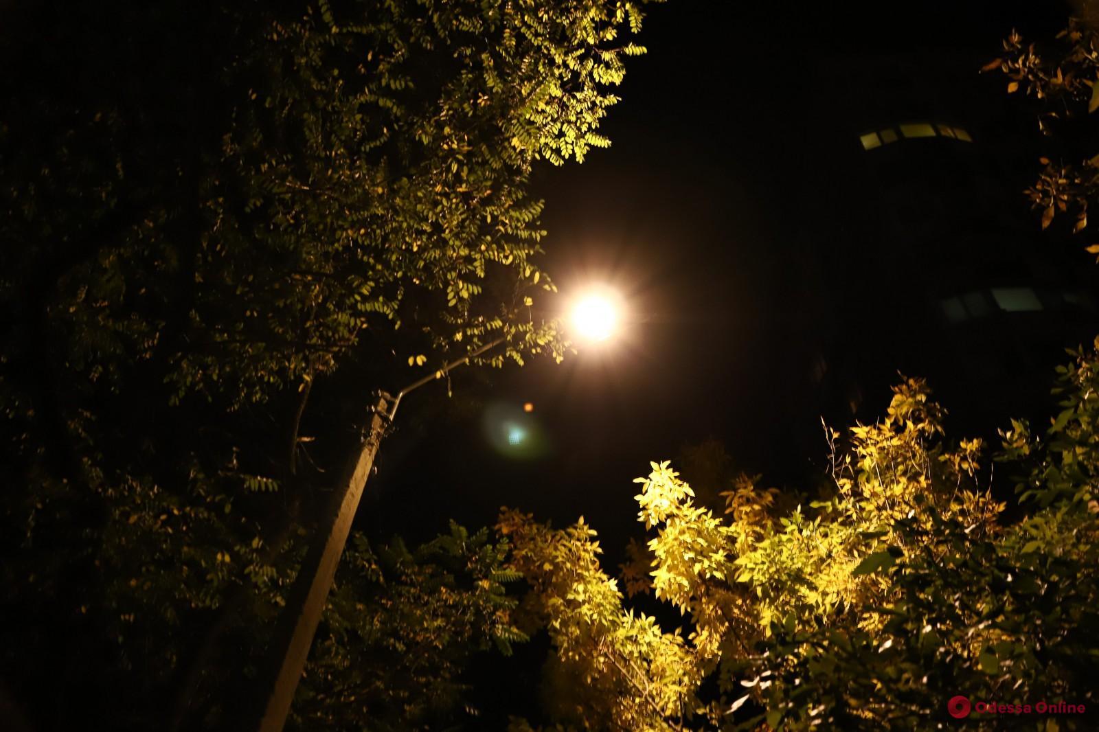 Мэр Одессы прогулялся вечером по поселку Котовского и проверил работу нового светодиодного освещения
