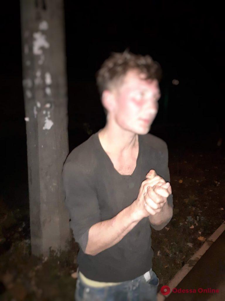 Воровал крышки люков: жители Дальних Мельниц поймали горе-вора на горячем (фото)